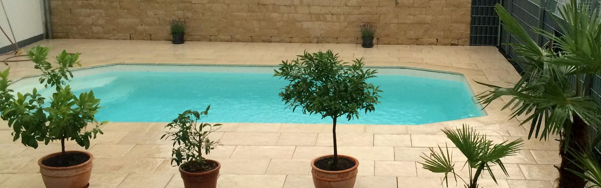 Bild von neu gestaltetem Pool in Privatgarten